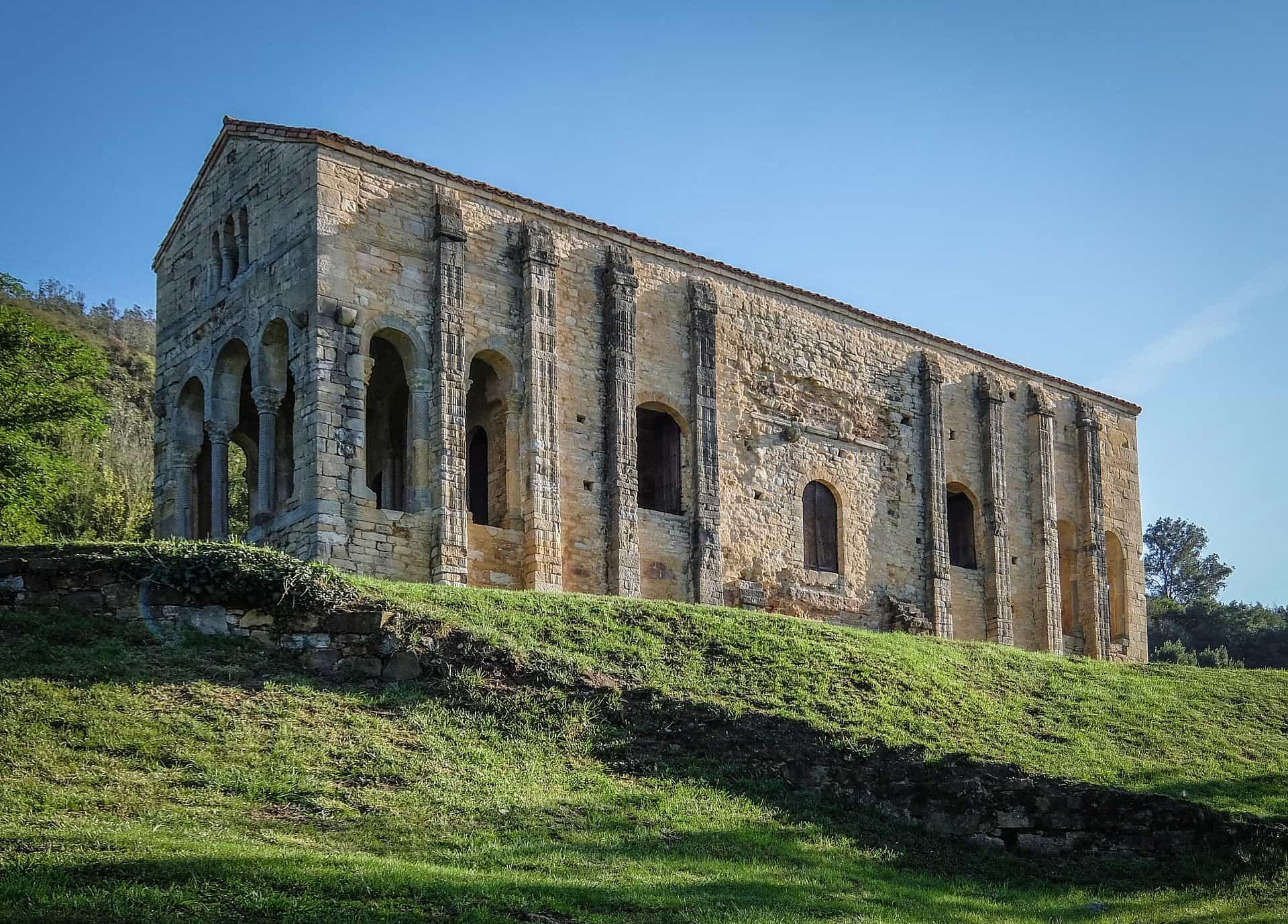 Imagen que contiene hierba, cielo, exterior, edificio